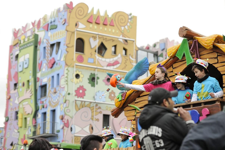 In der Braunschweiger Innenstadt verteilen die Karnevalisten 30 Tonnen Bolchen, Waffeln, Schokoriegel und anderes Wurfmaterial. Foto: BSM/Daniel Möller