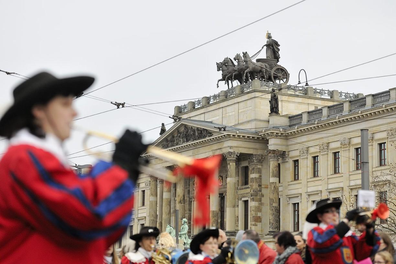 Musikzug vor dem Residenzschloss in Braunschweig. Foto: BSM/Daniel Möller