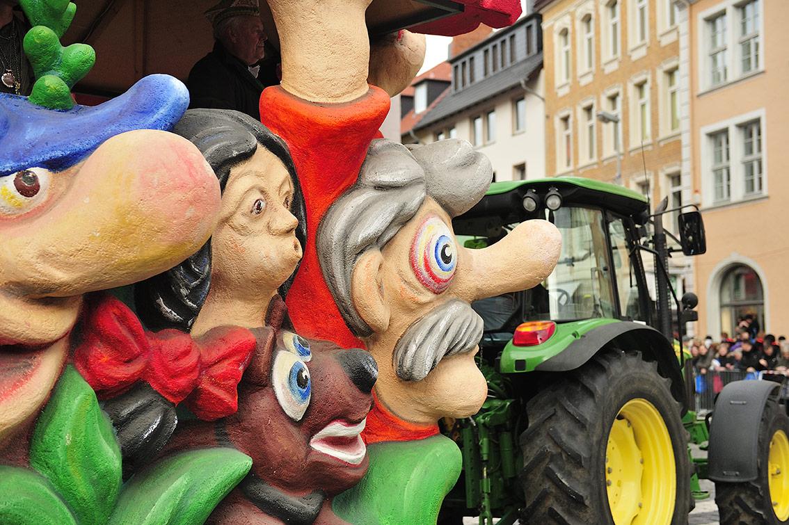 In monatelanger Arbeit werden die Karnevalswagen aus Styropor geformt und später mit leuchtenden Farben bemalt. Foto: BSM/Daniel Möller