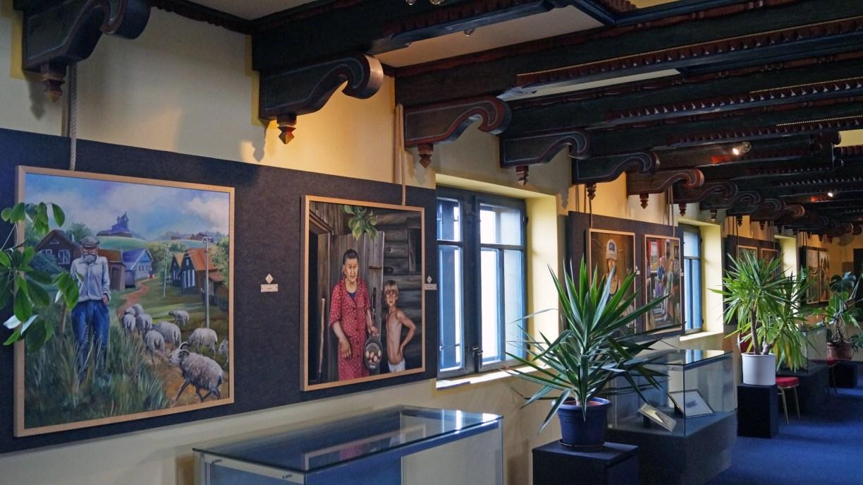 Ausstellungsraum im Gifhorner Glocken-Palast mit Gemälden von Wassa Rosin