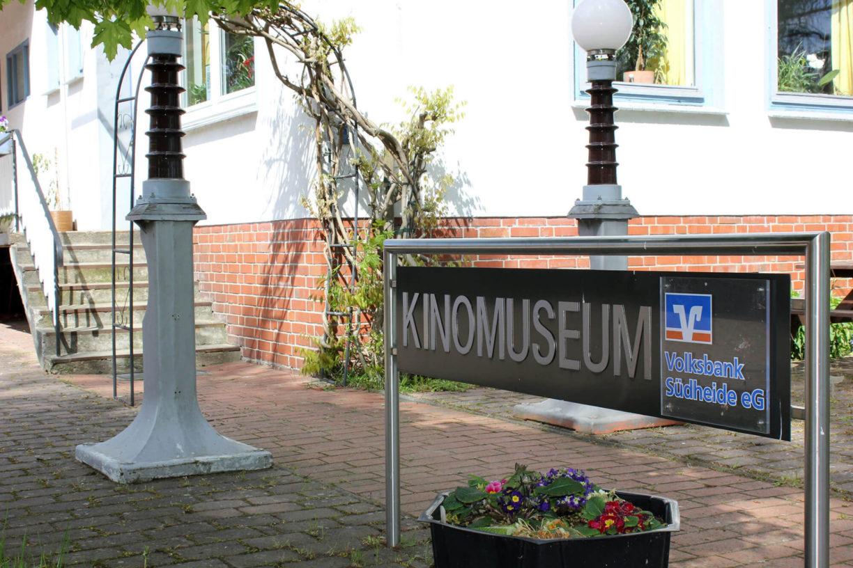 Eingangsschild vor dem Kinomuseum Vollbüttel