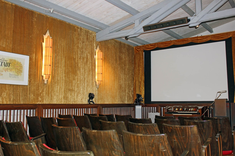 Kinosaal mit Bestuhlung und großer Leinwand im Kinomuseum Vollbütel