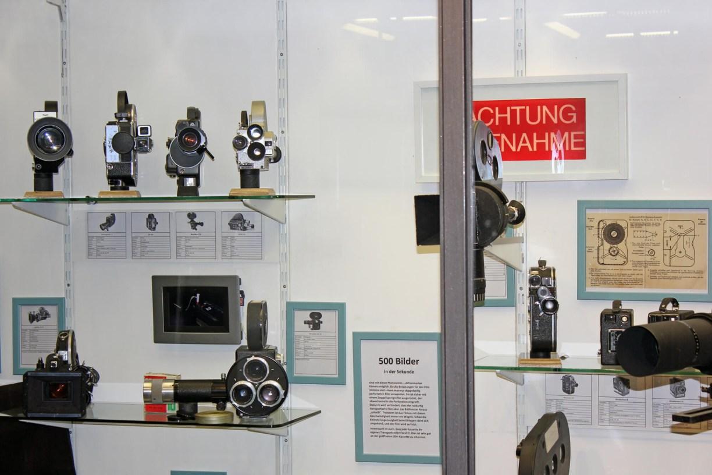 Kamera Photosonic Actionmaster in einer Vitrine im Kinomuseum Vollbüttel