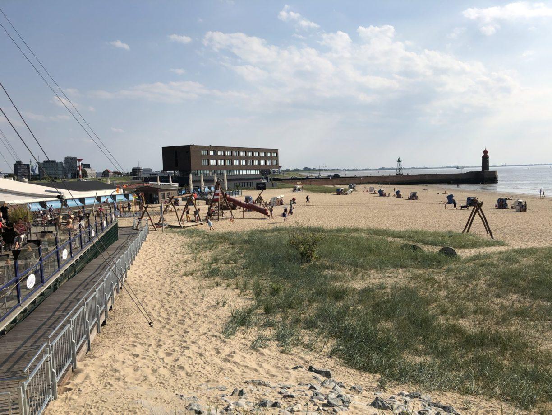 Das Weser-Strandbad an einem sommerlichen Abend in Bremerhaven