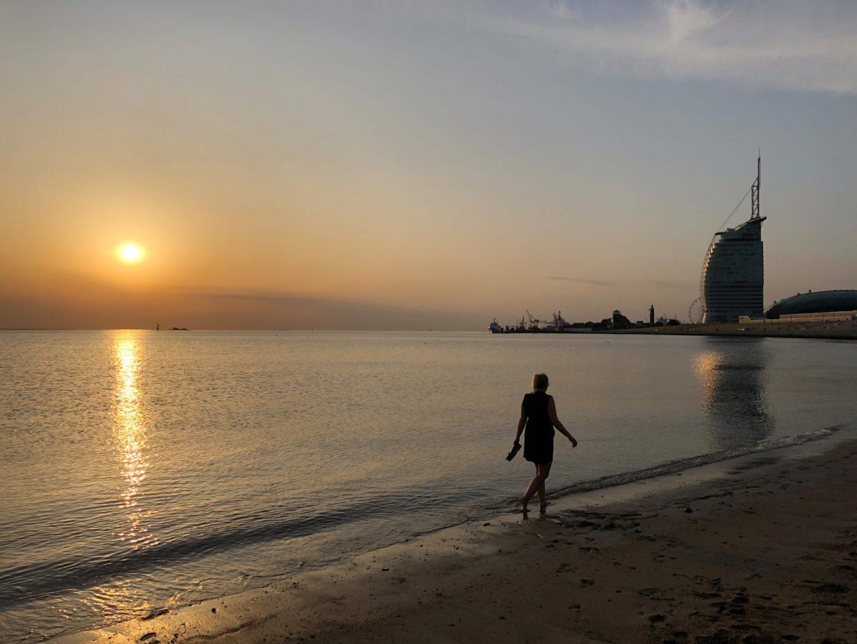Sonnenuntergänge in Bremerhaven mit den Füßen im Wasser