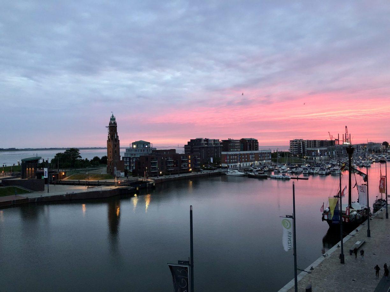 Sonnenuntergänge in Bremerhaven mit Blick auf den Neuen Hafen und Leuchtturm