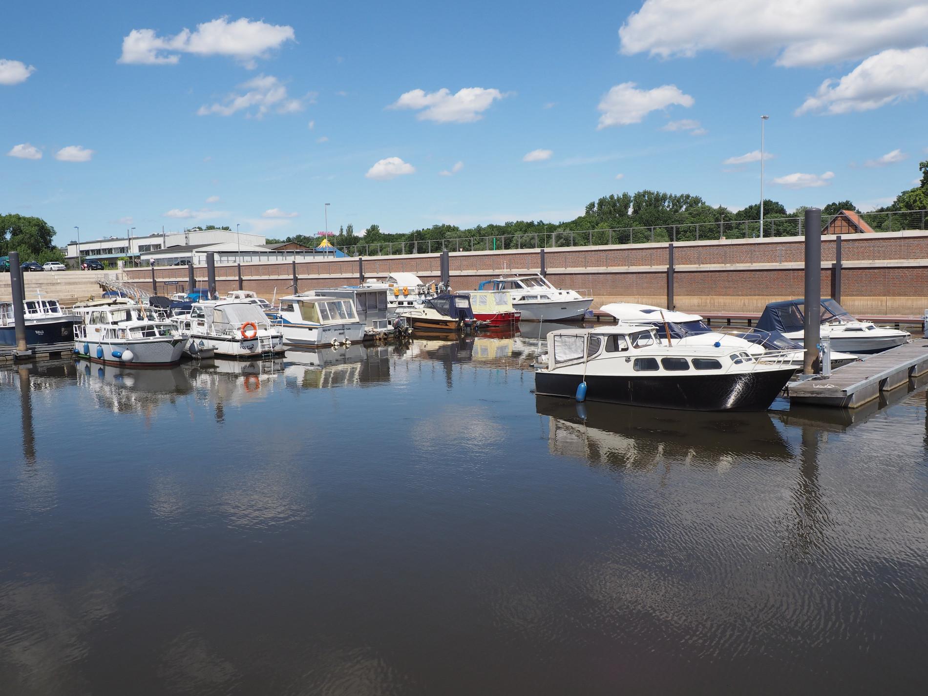 Im Celler Hafen liegen kleine Boot an.