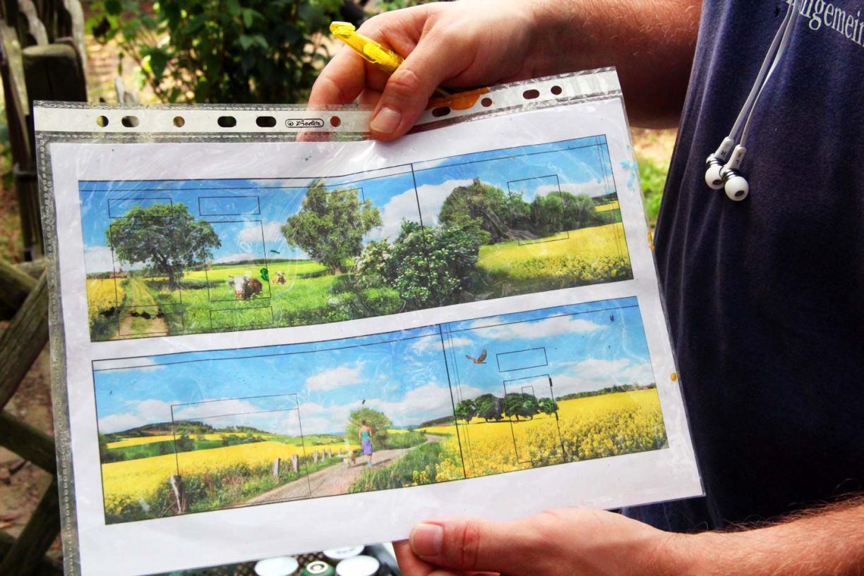 Simon Pape zeigt seine ausgedruckten Skizzen