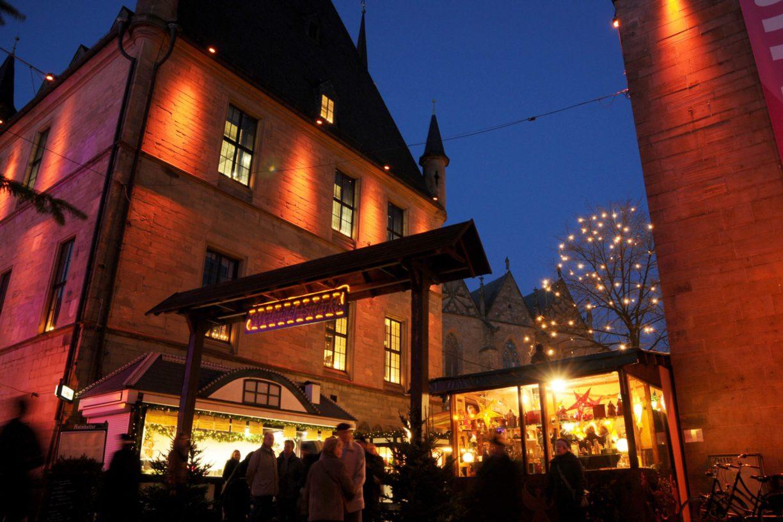 Weihnachtsmarkt Osnabrück: Festlich beleuchtetes Rathaus des Westfälischen Friedens