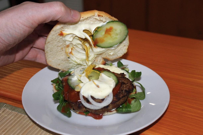 Geöffneter Burger aus dem Gifhorner Galloway-Imbiss