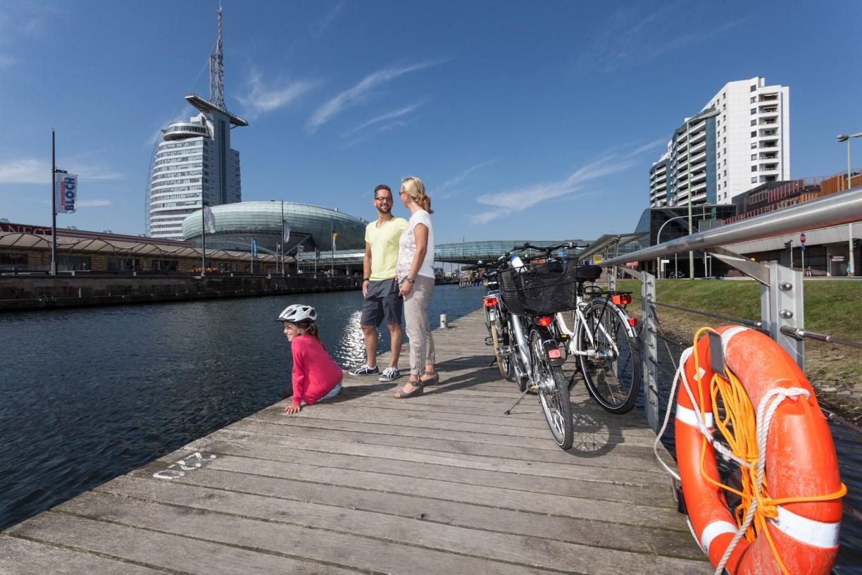 Radfahrer und Räder auf dem Steg am Museumshafen in Bremerhaven (c) Helmut Gross Die schönsten Radrouten in Niedersachsen