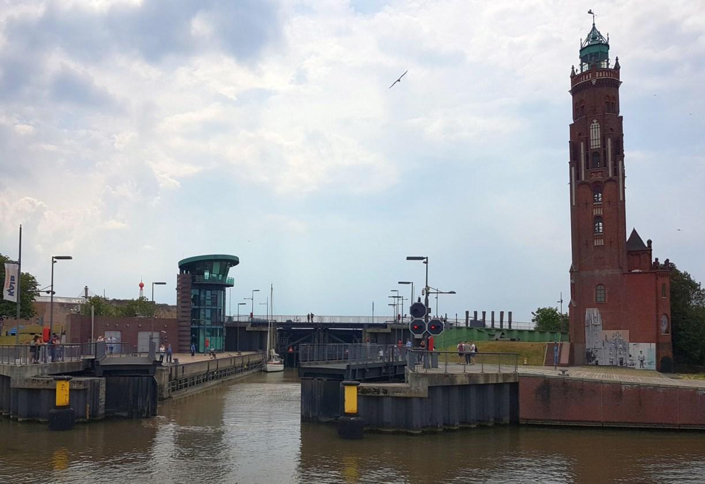 Schleuse Neuer Hafen und Simon Loschen Leuchtturm in Bremerhaven (c) Tanja Albert