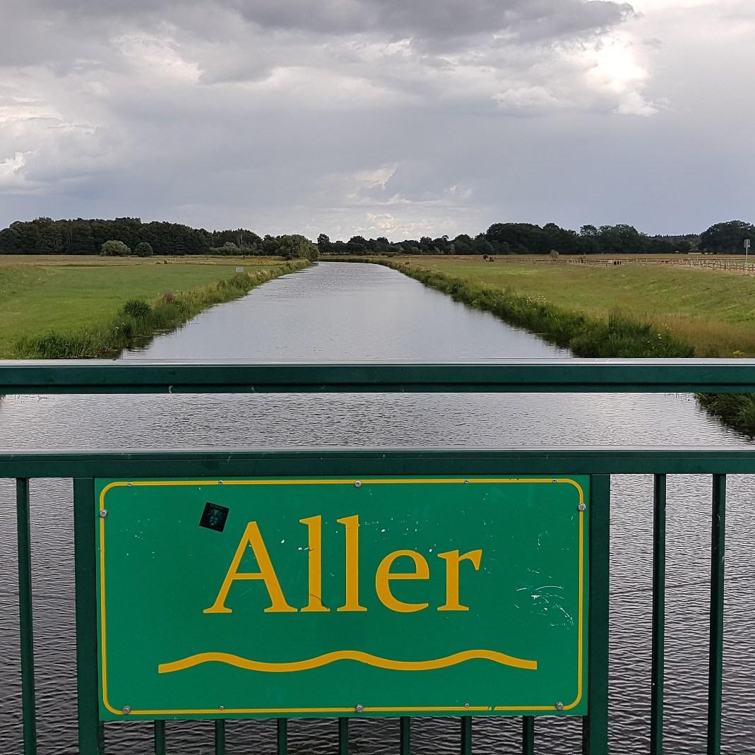 Der Blick auf die Aller von der Brücke am Osterloher Wehr