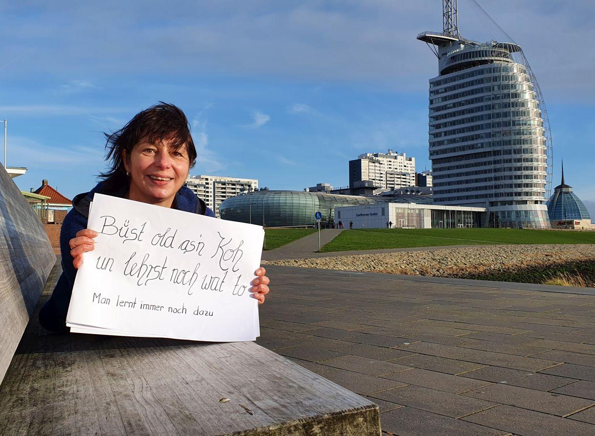 Tanja in Bauchlage vor der Skyline Bremerhaven (c) Tanja Mehl