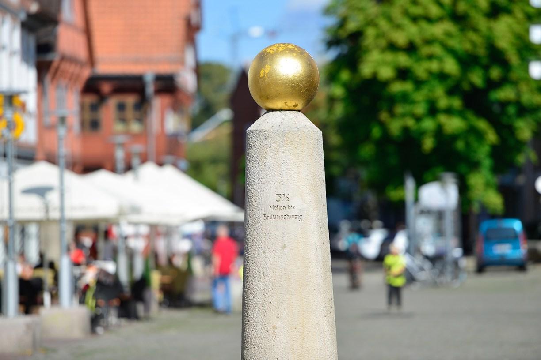 Meilenstein mit goldener Kuppel