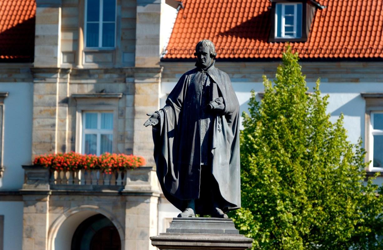 Statue von Justus Möser im Sonnenschein