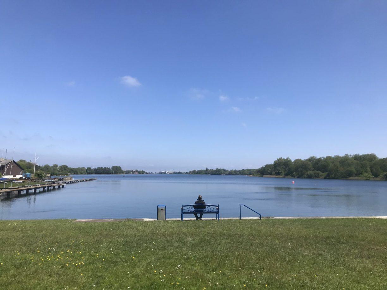 Lieblingsorte im Sommer: Bild vom Banter See in Wilhelmshaven, im Fokus steht eine Bank.