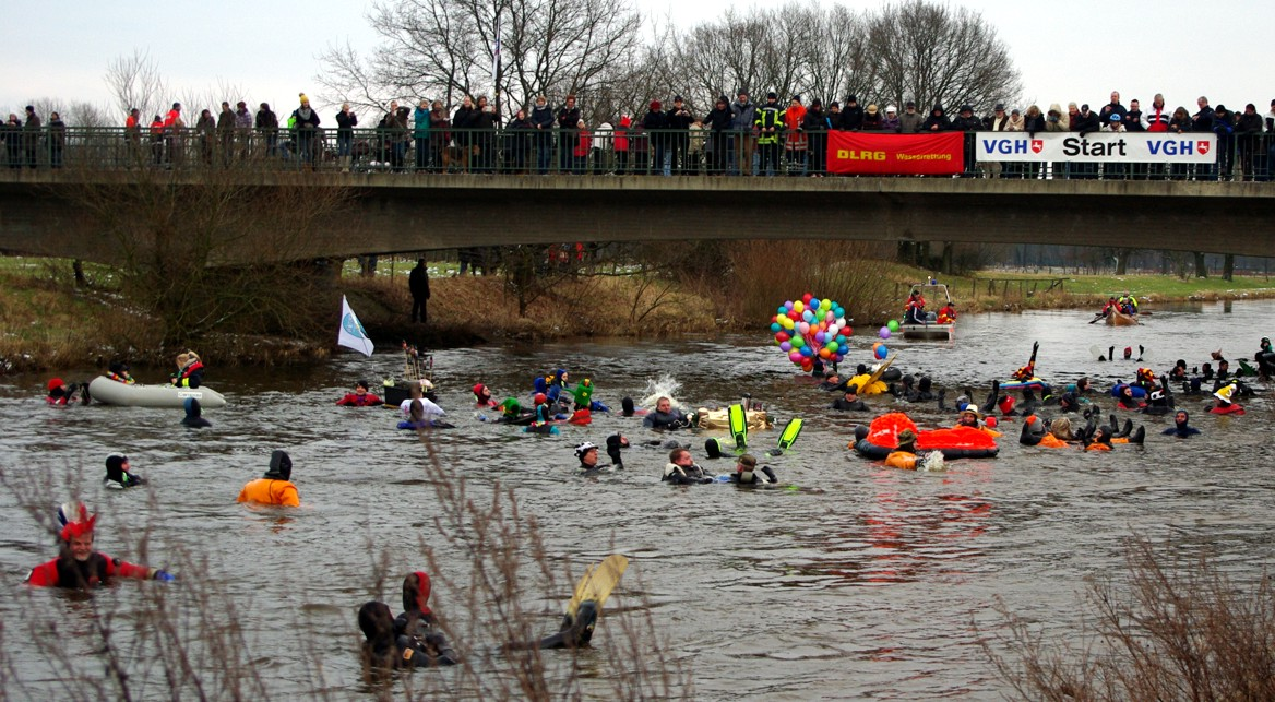 Das Winter-Fackelschwimmen vom DLRG zieht Tauchgruppen aus ganz Deutschland an (c) Celle Tourismus