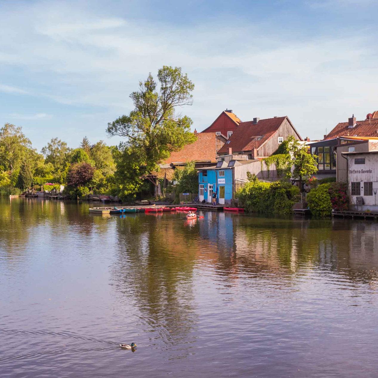 Der Bootsverleih AllerLeih in Celle liegt direkt an der Aller und unweit der Altstadt (c) Celle Tourismus