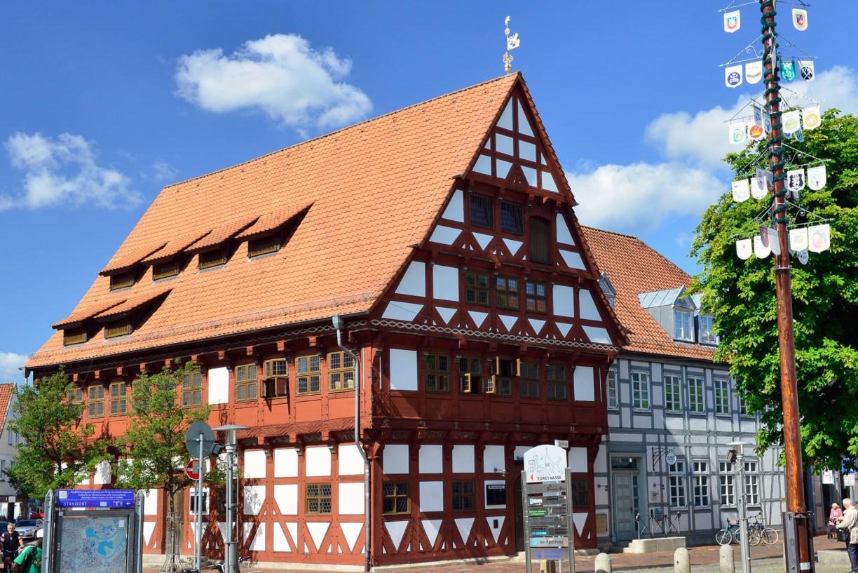 Außenfassade des Altes Rathauses Gifhorn mit rotem Fachwerk