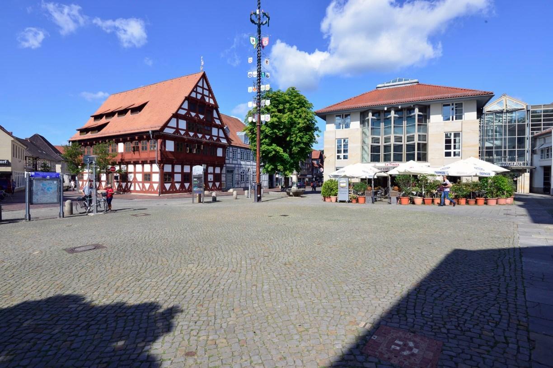 Gifhorner Marktplatz mit Pflastersteinen, im Hintergrund das Rathaus und das Alte Rathaus