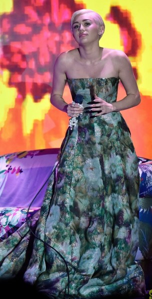 miley-cyrus-wins-at-world-music-awards-2014-03