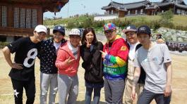 Jung Joon Young and team 2D1N posing with maknae writer
