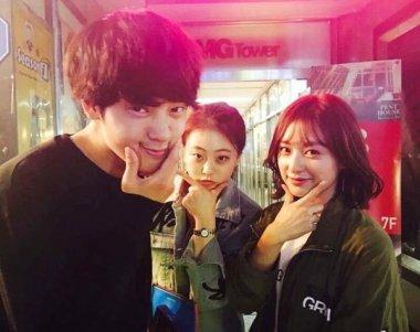Jung Joon Young posing with figure skater Kwak Min Jeong and actress Kim Ji Won at Younha's birthday