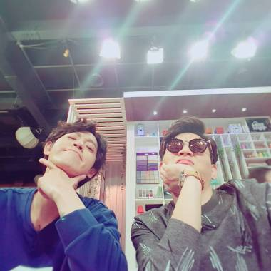 Jung Joon Young making selfie with Jasson in Old House New House