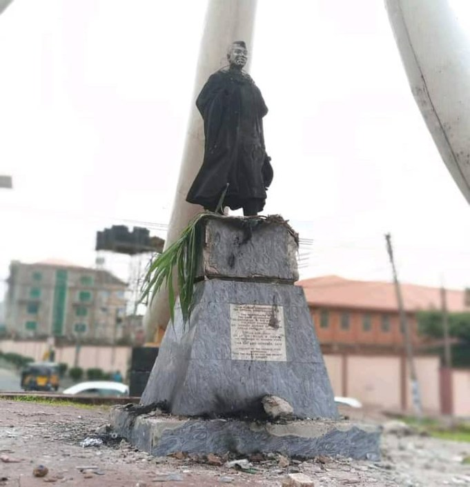 Protesters Burn Azikiwe's Statue In Anambra, Saying He's The Cause Of Their Problems