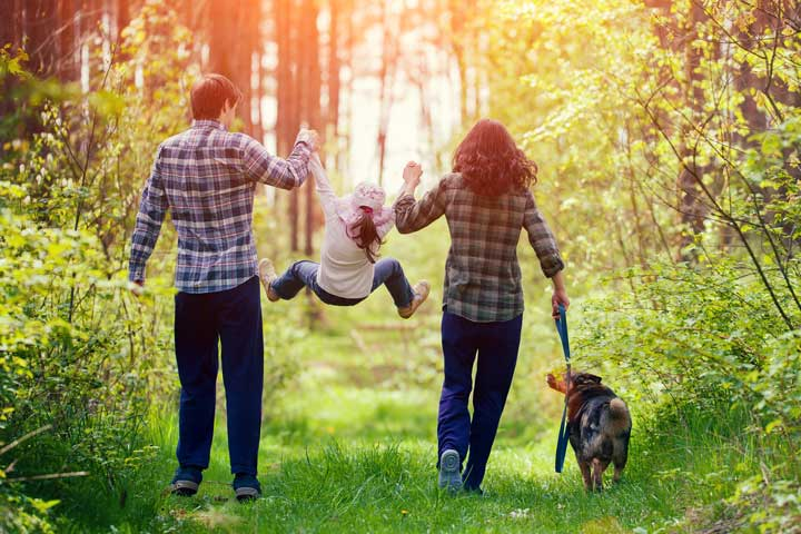 Family-walking-in-wood