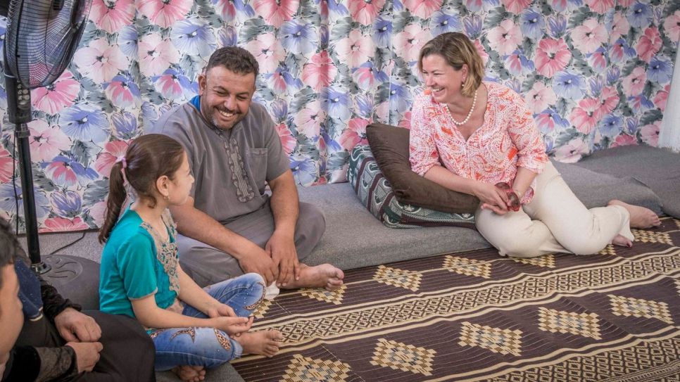 UNHCR's Kelly T. Clements chats with a Syrian father and his daughter. © UNHCR/Benoit Almeras Martino