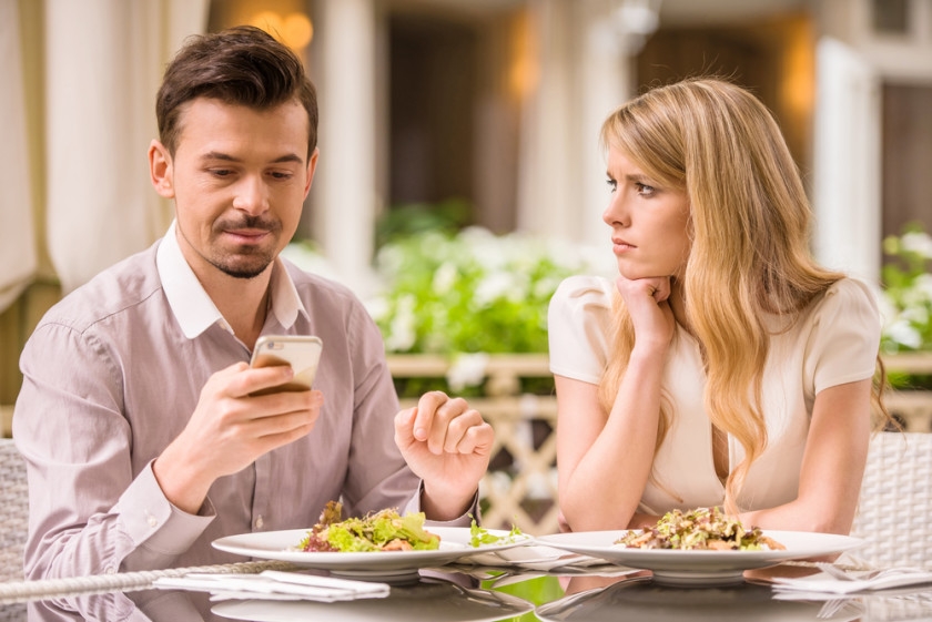 couple-date-phone