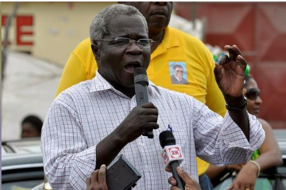 Afonso Dhlakama, head of Mozambique's opposition party Renamo, addresses an election rally in Matola, near Maputo, Mozambique October 25, 2009. REUTERS/Grant Lee Neuenburg/File Photo