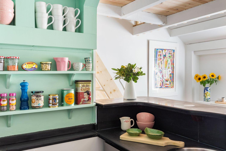 Detalle cocina buhardilla para alquiler vacacional. Abracadabra Decor Home Staging