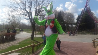 Lapinous' Foufous echassiers rebondissants loufoques parade animation evenementiel lapins fantaisie extravagance sautillants mascottes paques (15)