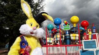 Lapinous' Foufous echassiers rebondissants loufoques parade animation evenementiel lapins fantaisie extravagance sautillants mascottes paques (23)