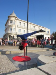 boite à merveilles spectacle rue cirque festival mat chinois fil de fer clowns jongleurs aerien girly kawai(181)