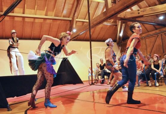 boite à merveilles spectacle rue cirque festival mat chinois fil de fer clowns jongleurs aerien girly kawai(80)