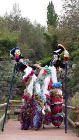 clowns en ciel echassiers colores oiseaux fleurs festifs parade animation carnaval evenementiel bulles de savon danse chapeau vertigineux froufro (100)