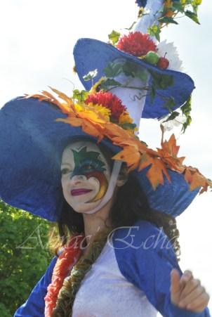 clowns en ciel echassiers colores oiseaux fleurs festifs parade animation carnaval evenementiel bulles de savon danse chapeau vertigineux froufro (106)