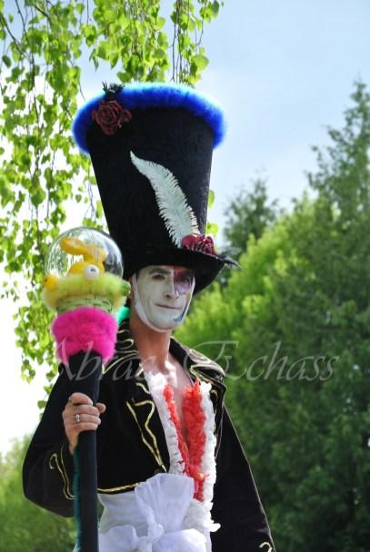 clowns en ciel echassiers colores oiseaux fleurs festifs parade animation carnaval evenementiel bulles de savon danse chapeau vertigineux froufro (113)