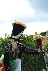 clowns en ciel echassiers colores oiseaux fleurs festifs parade animation carnaval evenementiel bulles de savon danse chapeau vertigineux froufro (114)