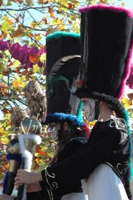 clowns en ciel echassiers colores oiseaux fleurs festifs parade animation carnaval evenementiel bulles de savon danse chapeau vertigineux froufro (68)