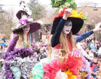 clowns en ciel echassiers colores oiseaux fleurs festifs parade animation carnaval evenementiel bulles de savon danse chapeau vertigineux froufro (88)