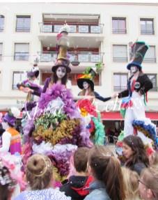 clowns en ciel echassiers colores oiseaux fleurs festifs parade animation carnaval evenementiel bulles de savon danse chapeau vertigineux froufro (94)