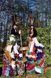 clowns en ciel echassiers colores oiseaux fleurs festifs parade animation carnaval evenementiel bulles de savon danse chapeau vertigineux froufro