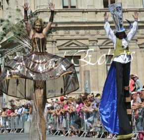 echass et toiles echassiers dali femme paon plumes de paon crinoline parade animation evenementiel grandiose magnifiques (16)