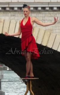 flamenca danse sur fil de fer danse flamenco spectacle rouge et noir cirque animation evenementiel guitare espagnol gitan (26)