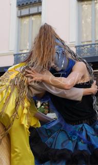 nuité jour echassieres dualite spectacle animation parade bleu et jaune danse crinoline (15)